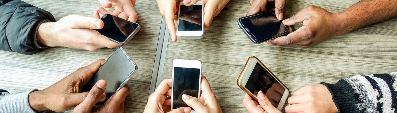 Tafel met smartphones